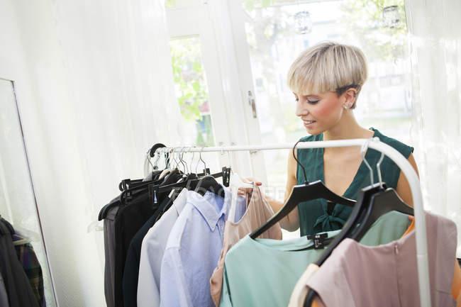 Donna scegliendo vestito — Foto stock