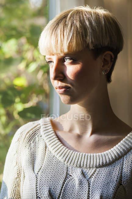 Donna con i capelli corti — Foto stock