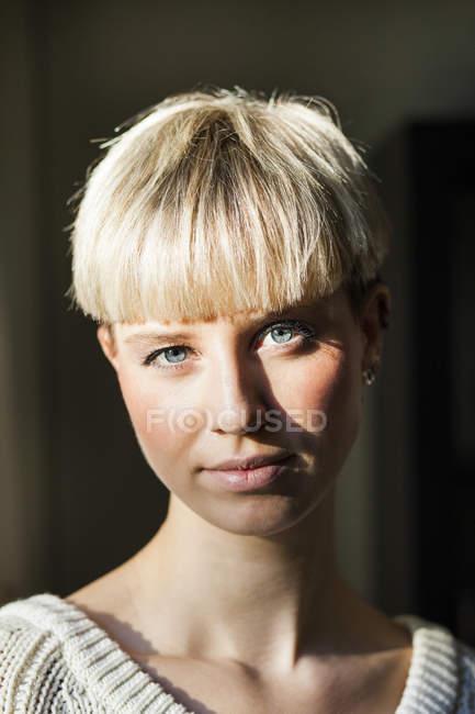 Уверенная молодая женщина — стоковое фото