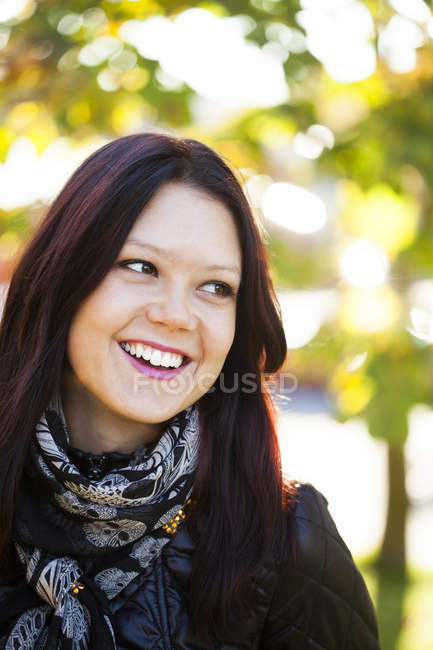 Heureuse belle jeune femme — Photo de stock