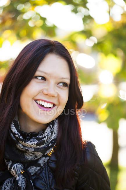 Felice bella giovane donna — Foto stock
