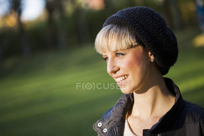 Femme portant un chapeau en tricot — Photo de stock