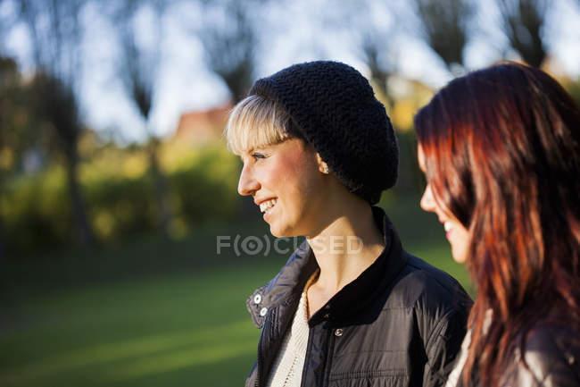 Giovani amici al parco — Foto stock