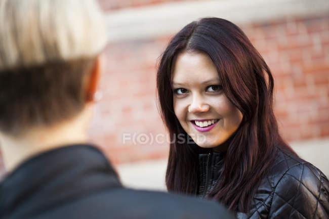 Hermosa mujer con amiga - foto de stock