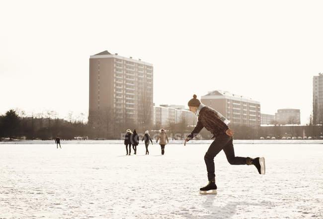 Uomo pattinaggio su pista di ghiaccio — Foto stock