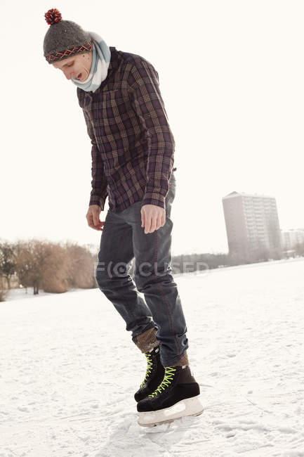 Man ice-skating on rink — Stock Photo