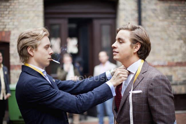 Владелец регулировочный партнера галстук — стоковое фото