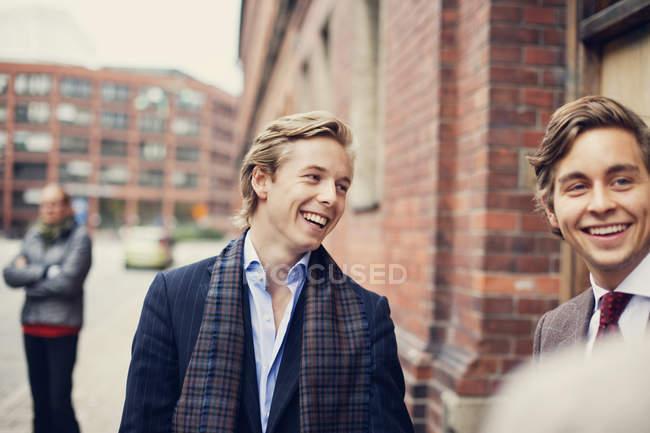 Щасливі молоді чоловіки партнери — стокове фото
