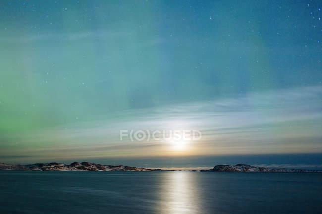 Північне сяйво над морем — стокове фото