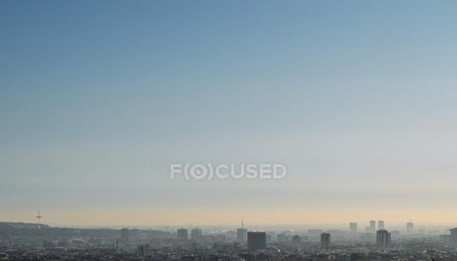Paisagem urbana nebulosa ao amanhecer — Fotografia de Stock