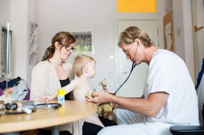 Baby mit Mutter und Arzt — Stockfoto