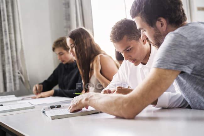 Insegnante e giovani studenti — Foto stock