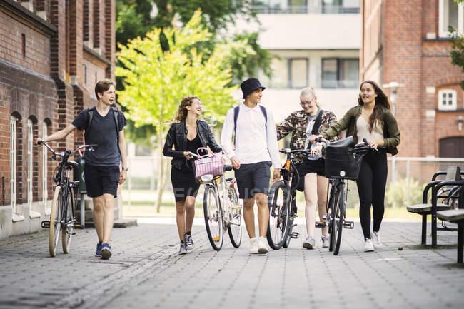 Studenten gehen auf die Straße — Stockfoto
