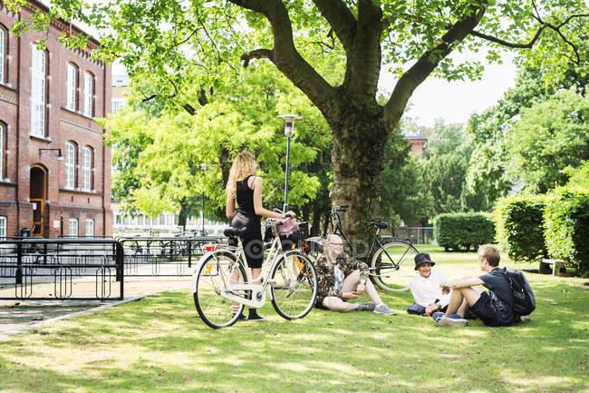 Studenten sitzen auf Gras — Stockfoto