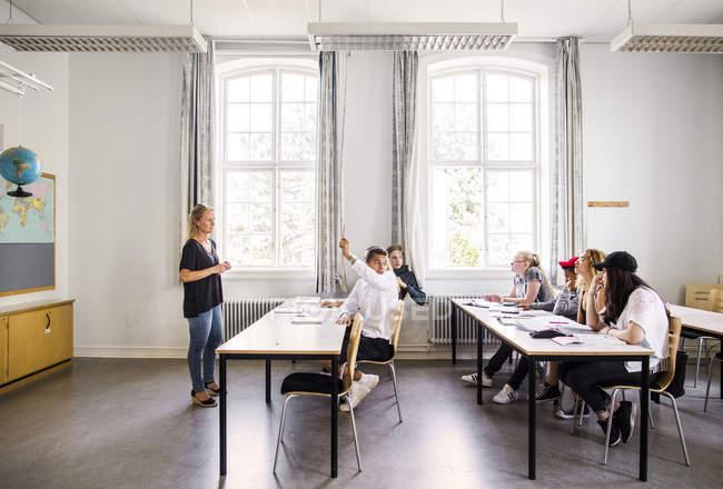 Lehrer und Kinder und Jugendliche — Stockfoto