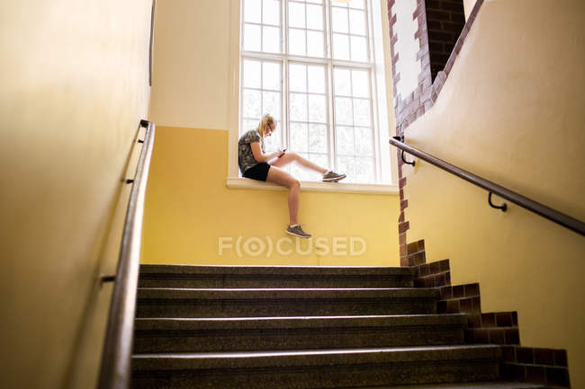 Schüler, die Fenster sitzen — Stockfoto