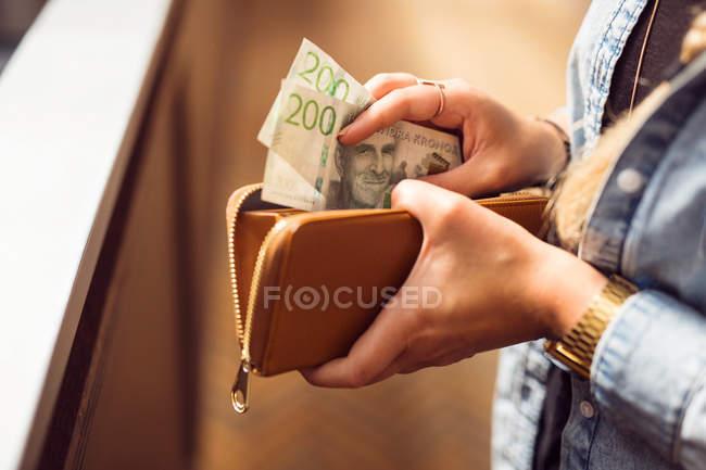 Mujer celebración de abre carpeta - foto de stock