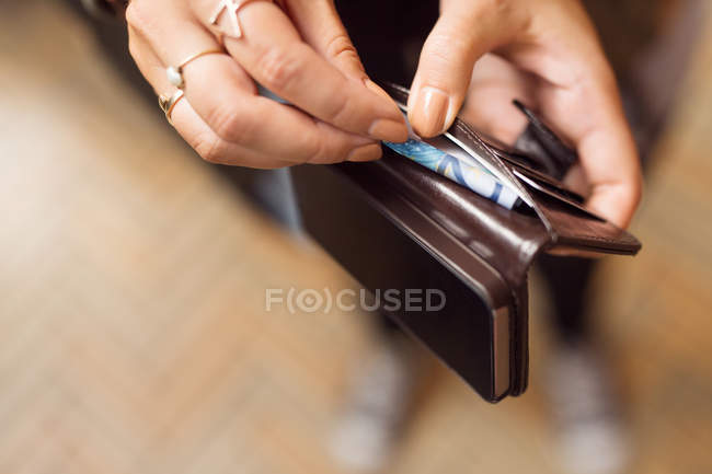 Mulher segurando abre a carteira — Fotografia de Stock