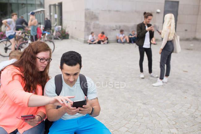 Amigos jugando realidad aumentada juego - foto de stock