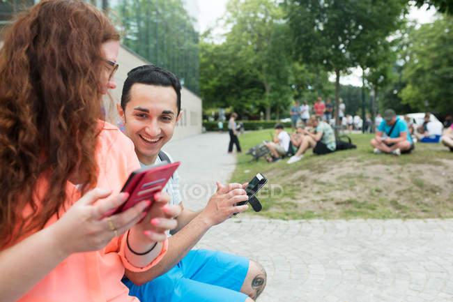 Amis jouant jeu de réalité augmentée — Photo de stock