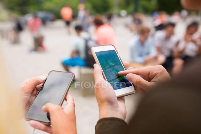Amigos a jogar o jogo de realidade aumentada — Fotografia de Stock