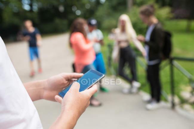 Amigos jogando jogo de realidade aumentada — Fotografia de Stock
