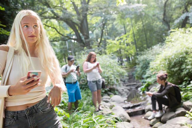 Amici che giocano il gioco di realtà aumentata — Foto stock