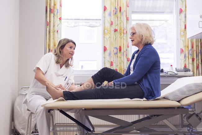 Seniorin mit Arzt — Stockfoto