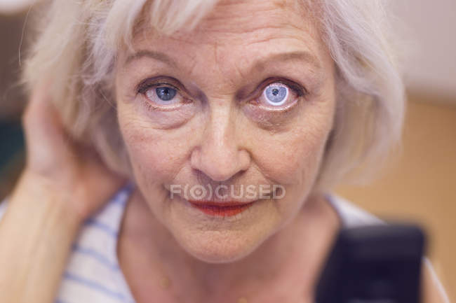 Donna anziana che fa controllare gli occhi — Foto stock