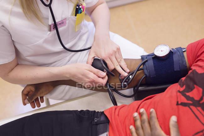 Arzt misst Blutdruck — Stockfoto