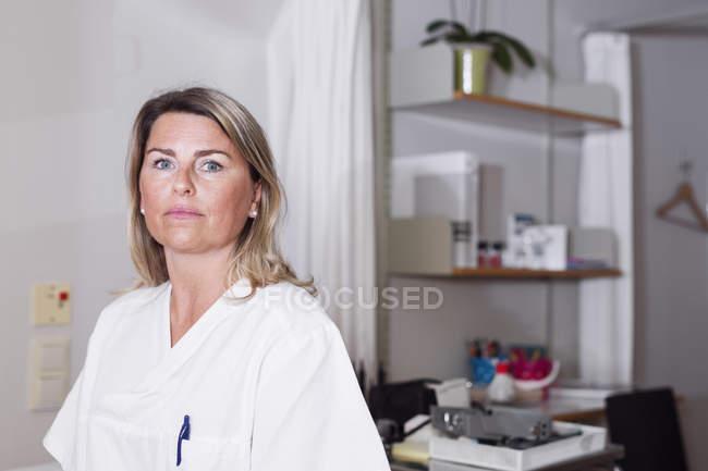 Doctor in examination room — Stock Photo