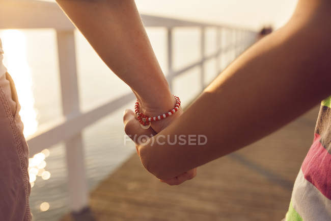 Two people holding hands — Stock Photo