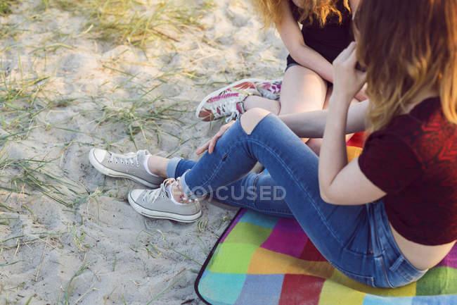 Mujer joven y adolescente - foto de stock