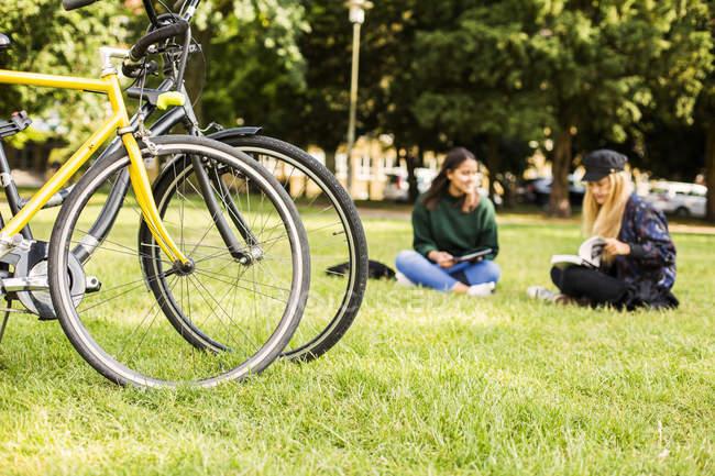 Women sitting in park — Stock Photo