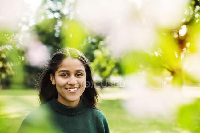 Lächelnde junge Frau — Stockfoto