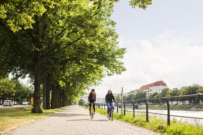Frauen Fahrrad fahren — Stockfoto