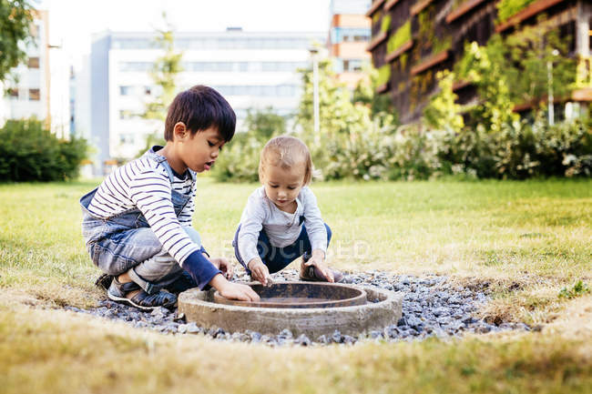 Garçons jouant ensemble à l'extérieur — Photo de stock