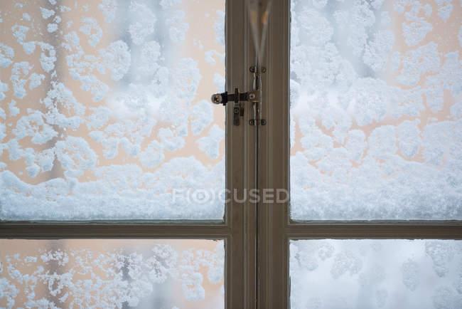 Neige sur la fenêtre, vue rapprochée — Photo de stock