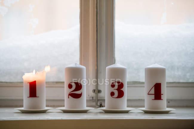 Пронумерованы свечи, один горения — стоковое фото