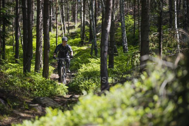Mann-Fahrradfahren — Stockfoto