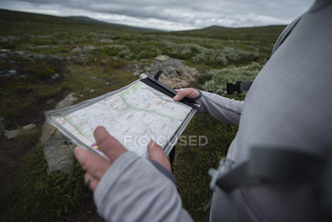 Man holding map — Fotografia de Stock