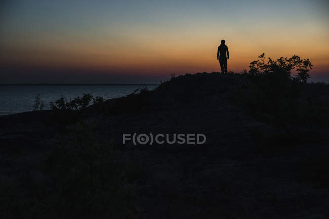 Silhouette of man at sunset — Stock Photo