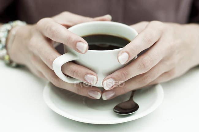 Женщина за кофе — стоковое фото