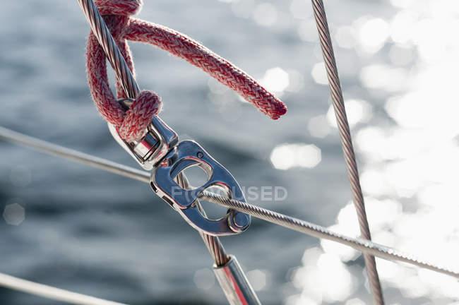Мотузки і carabiner на човні — стокове фото