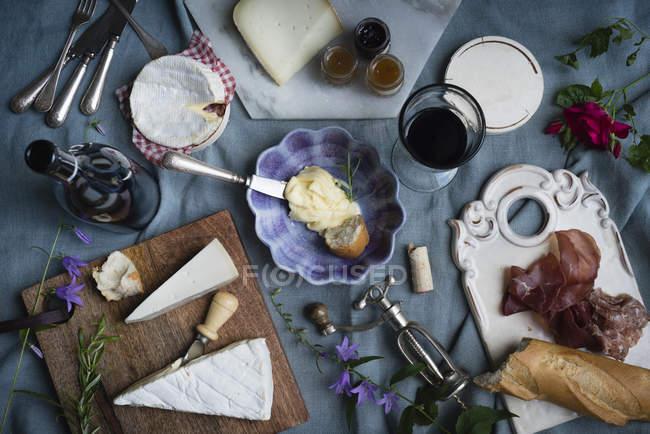 Diferentes alimentos en la mesa - foto de stock