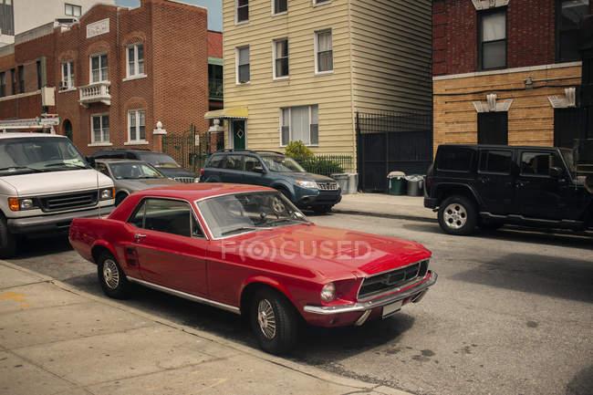 Cars parked on city street — Stock Photo