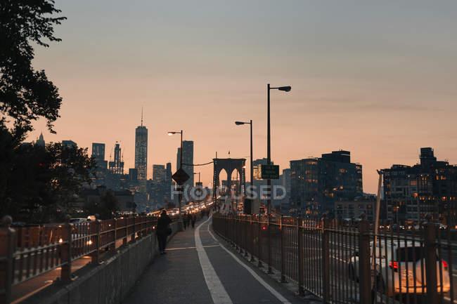 Rascacielos y del puente en el centro de - foto de stock