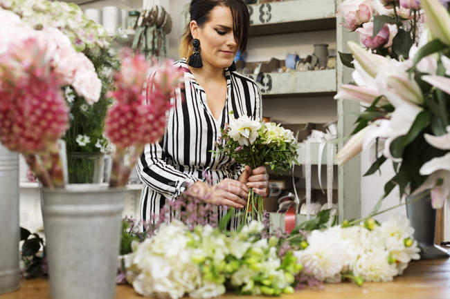 Florist making flower bouquet — Stock Photo