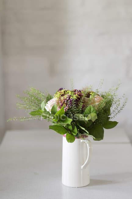 Mazzo di fiori in vaso — Foto stock