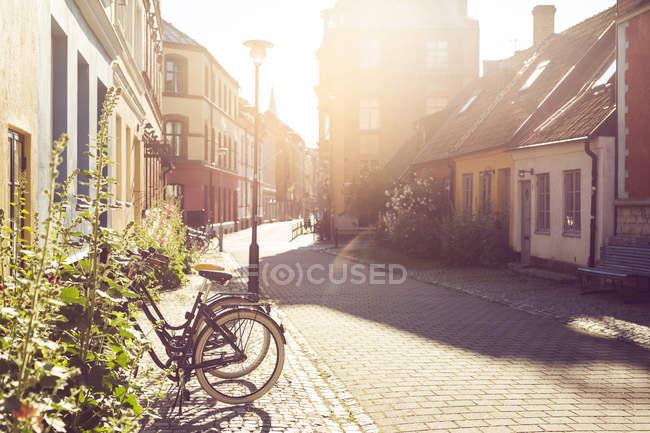 Rue de la ville le jour ensoleillé — Photo de stock